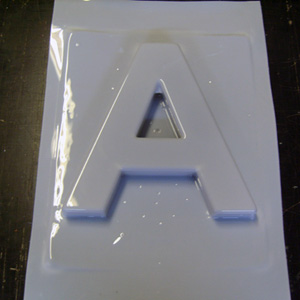 Формовка букв. Формовка логотипов. Вакуумная формовка.